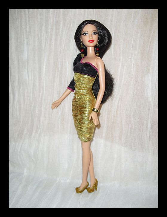 Lucia en robe asymétrique noir et or, boucles d'oreilles Senta, escarpins or