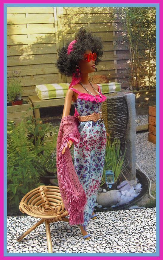 """Kara en robe longue à fleurs, châle en crochet,""""super cool"""""""
