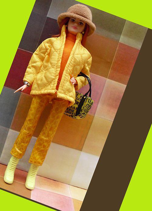 veste jaune matelassée, pantalon fantaisie cuir, col roulé orange, bottes jaunes, sac imprimé jaune, chapeau fourrure