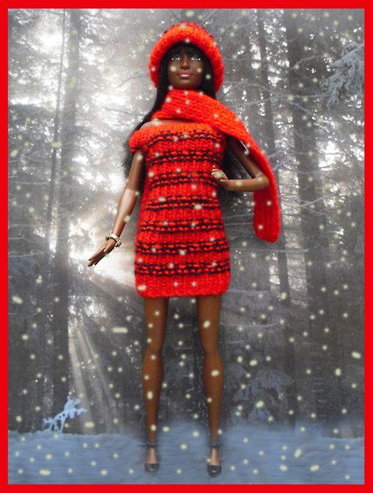 robe en laine rouge/noir, bonnet et écharpe rouge, sandales.