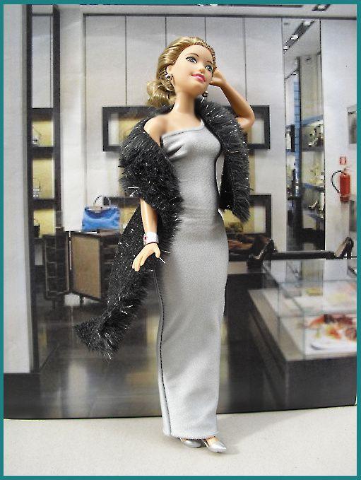 Carla porte une robe longue argent, étole en fourrure, sandales argent