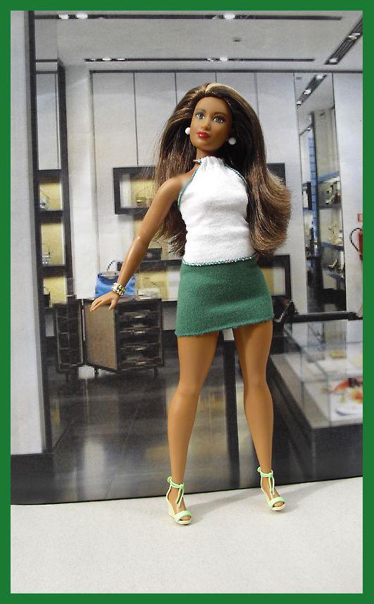 Avia porte un petit haut blanc, mini jupe vert, sandales vertes