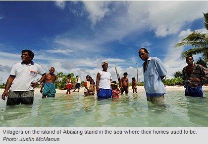 Une île sous les eaux en 2009 dans l'archipel des Kiribati. Origine de la photo : http://www.theage.com.au/world/in-kiribati-a-way-of-life-is-being-washed-away-20091120-iqy7.html
