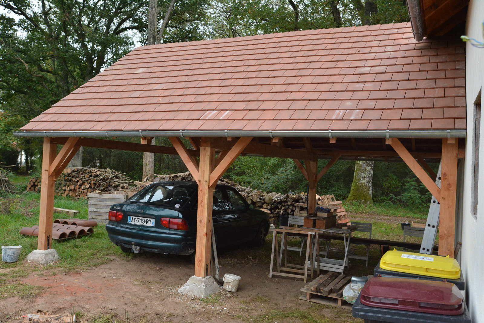 Et voilà la voiture est à l'abri ! Je vais également pouvoir stocker le bois pour cet hiver au sec.