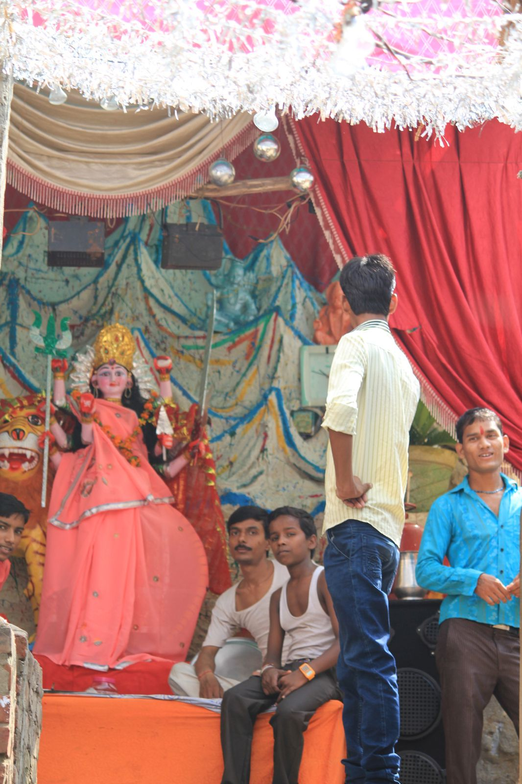 Scenes de rue: bazaar, ecole, Durga festival, moyens de transport