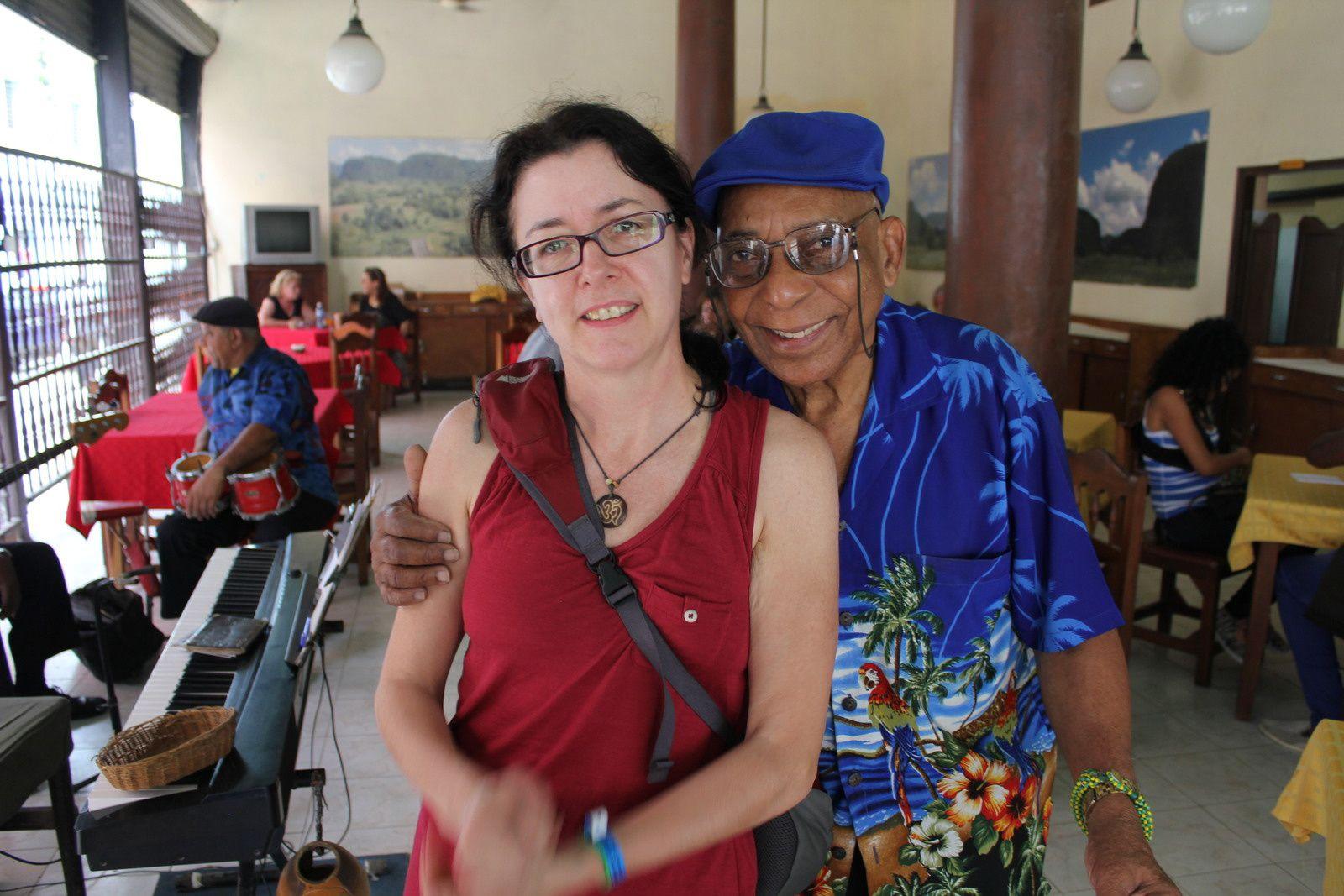 Amaranto, pianiste cubain fêtant ses 88 ans dont 64 à jouer de la musique