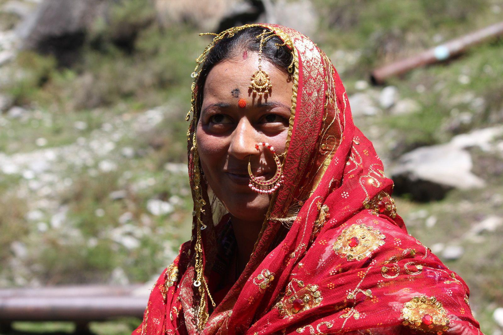 Mères vêtues de leur apparat de mariée
