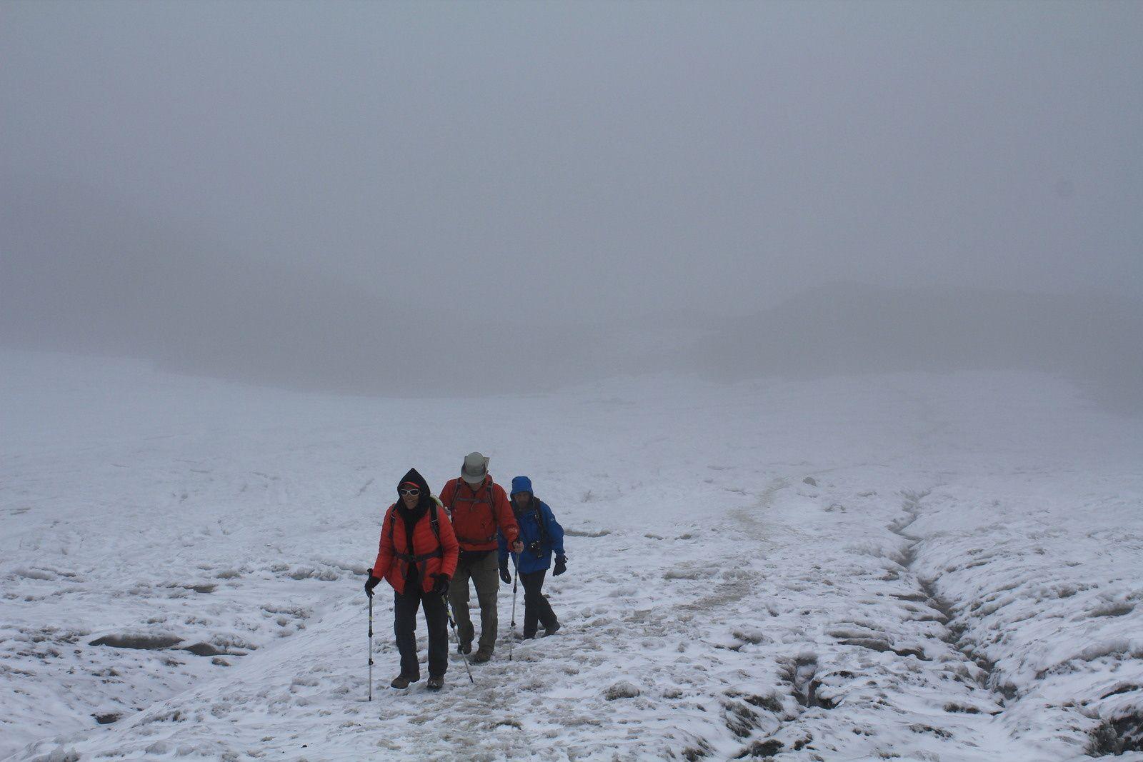 Et bien non, il ne s'agit pas d'une expédition au camp de base de l'Everest mais la dernière partie avant d'arriver au col, nous marchons sur la neige.