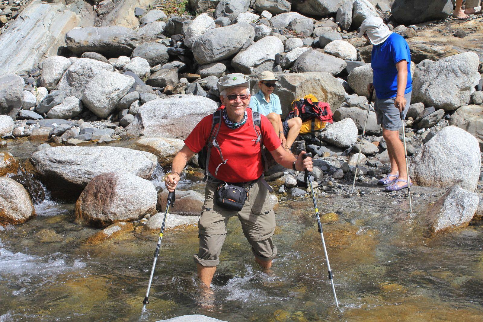 Traversée du 2e cours d'eau sans les chaussures. Devi est prêt à intervenir en cas de problème.