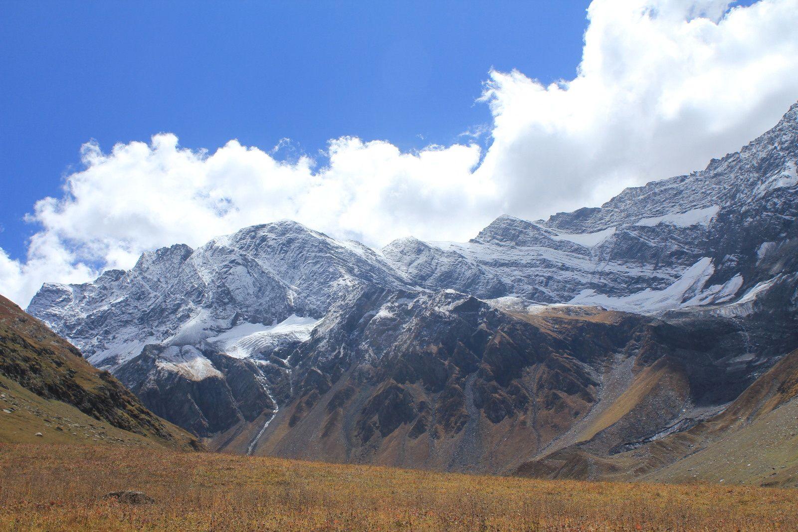 Toujours cette vue magnifique sur la montagne. On passe devant un abri en pierres pour les bergers.
