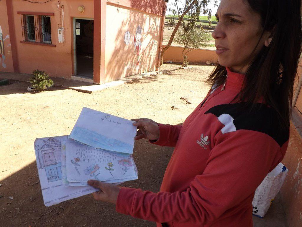 Le matin, il fait froid. Maryam et son directeur. Distribution du courrier de l'école de Quarante et lecture de lettres. 3 équipes de foot ont éssayé les maillots donnés par l'ACA Foot