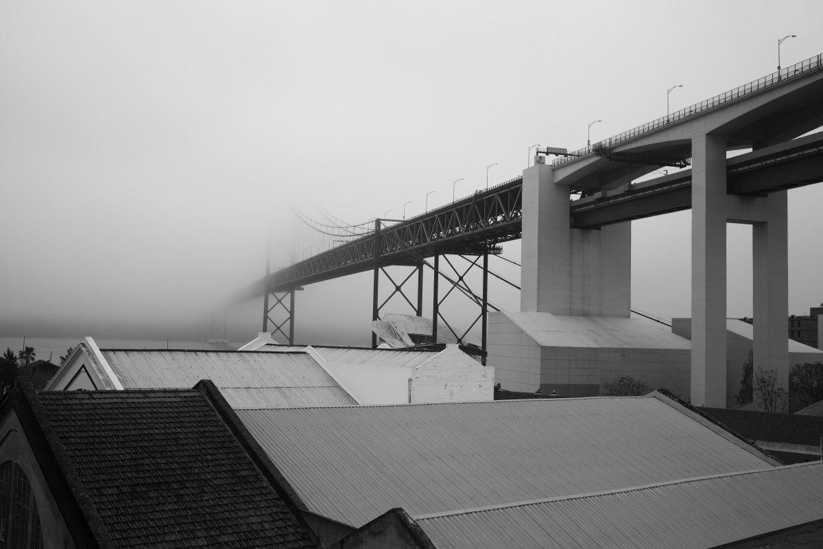 Le pont 25 avril sous les nuages