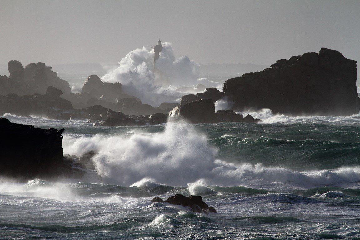 Côte Nord Finistère (avec le phare du FOUR submergé en arrière plan)