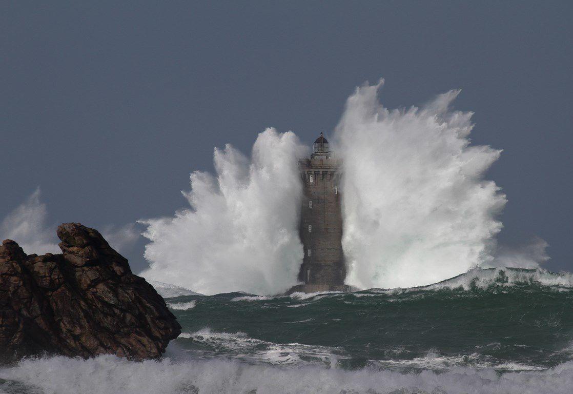 Le FOUR submergé par l'écume lors d'une tempête ( Bretagne)