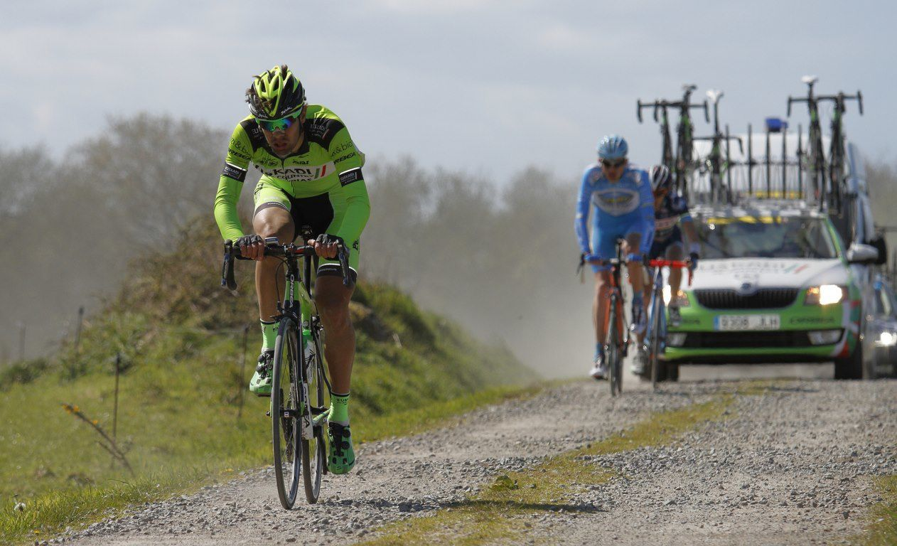 "Le Tro Bro Léon (le Paris-Roubaix breton) dimanche dernier... a vu le doublé de l'équipe britannique One Pro Cycling (le danois Martin Mortensen et le britannique Peter Williams). Quelques images du passage des coureurs dans un ""ribin"" (""sentier empierré "" en breton)"