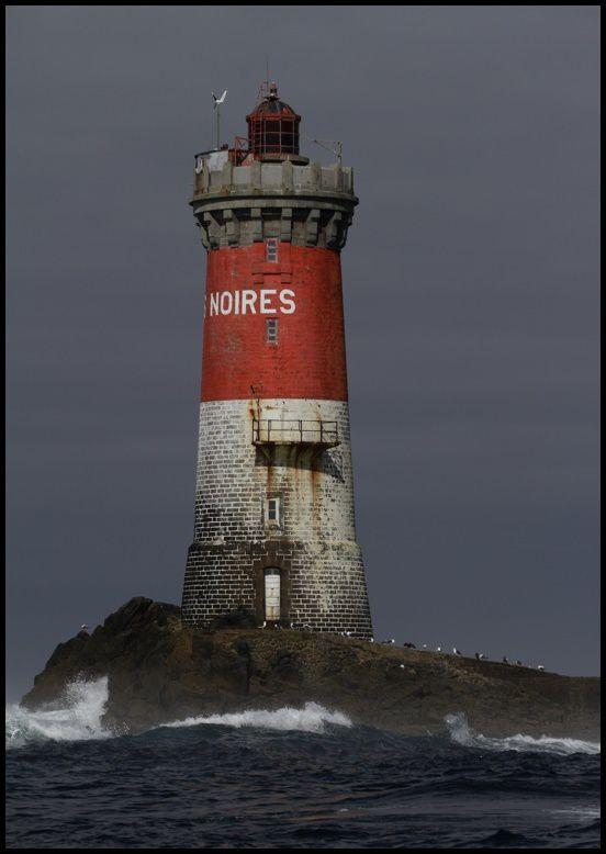 Au pied du phare de Pierres Noires
