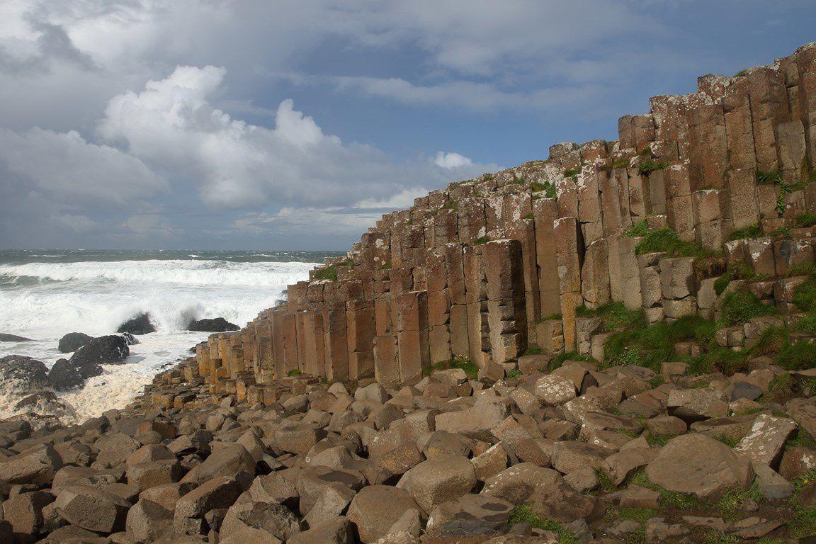 La chaussée des géants (Irlande du Nord ): Curiosité géologique, produit d'une éruption volcanique, est un amas de colonnes de basalte.Le dessus des colonnes est plat et constitue les marches d'un escalier géant qui prend naissance au pied des falaises et finit dans la mer.Elle a inspiré de nombreuses légendes où des géants l'utilisaient pour franchir la mer jusqu'en Ecosse.