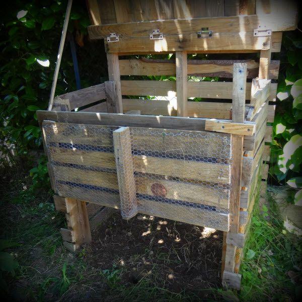 Pour extraire le précieux compost tranquillement la porte est maintenue ouverte en réutilisant le pieu (ça évitera de perdre ce dernier dans le terreau).