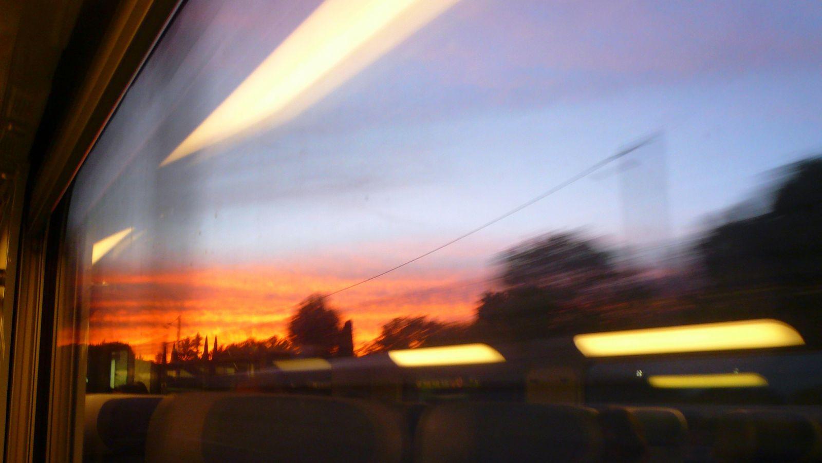 le TGV Genève/Montpellier : un sas pour une transition plus douce. Un beau coucher de soleil pris à grande vitesse.