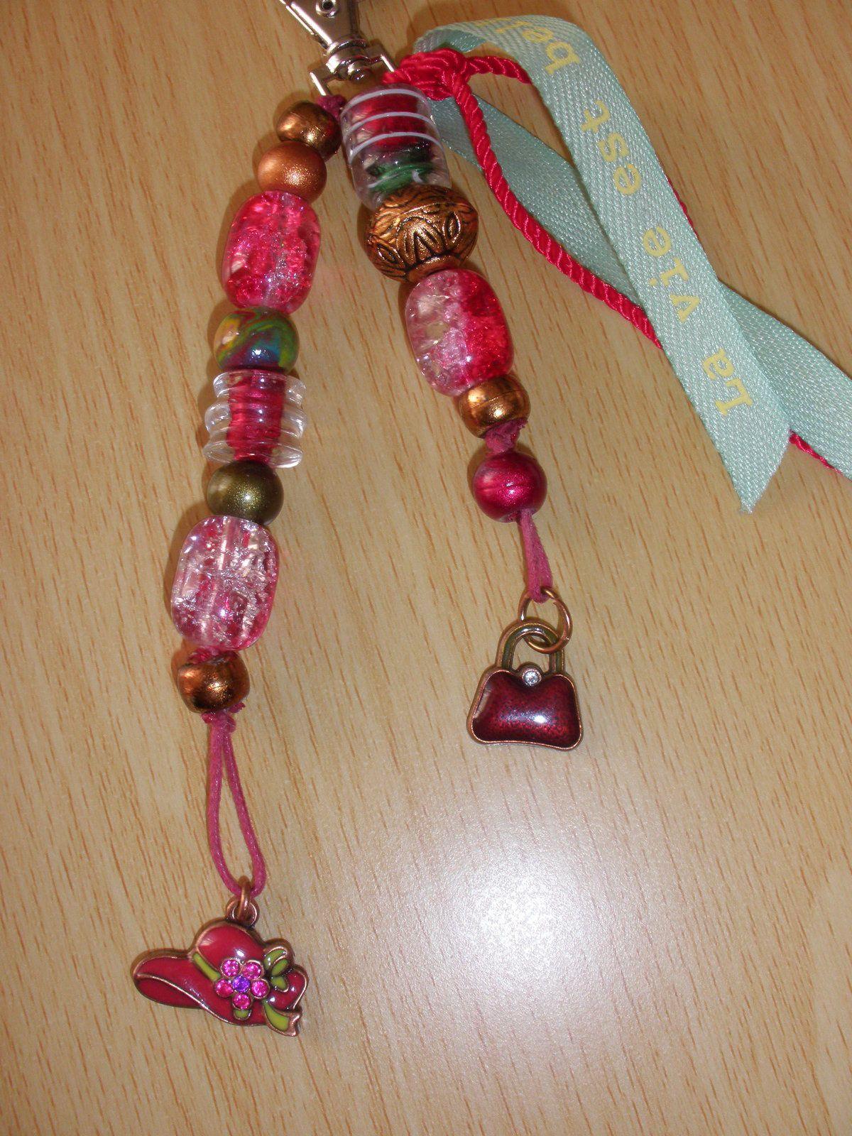 """Je l'ai nommé belle vie avec des perles de verres, une perle fimo et des """"charms"""""""
