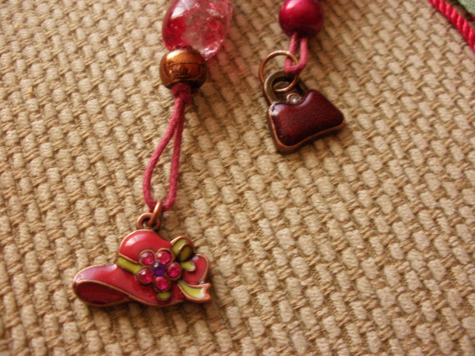 """Des """"charms"""" chapeau et sac à main viennent enjoliver ce bijou de sac."""