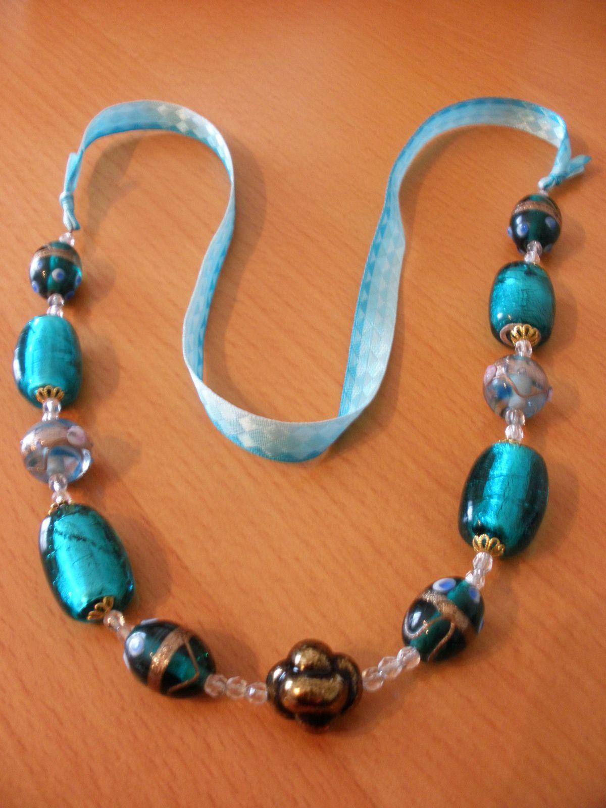 Des perles de verre viennent parer ce collier