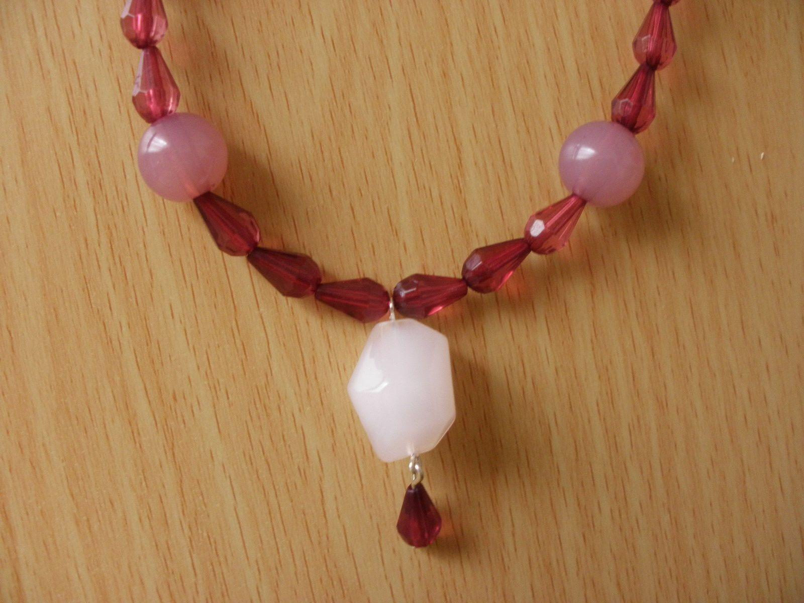"""En finition une perle """"genre"""" glaçon et une perle swarovski forment la pointe du collier."""
