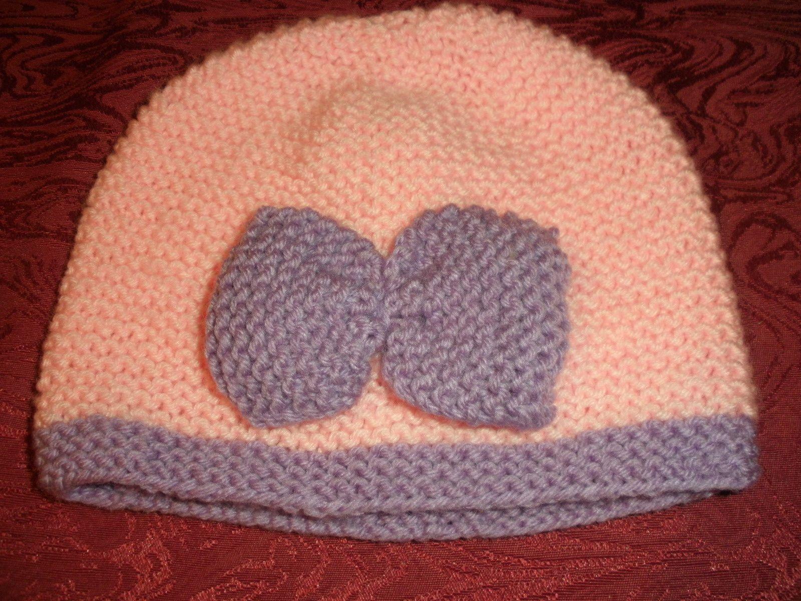 Les noeuds sont rajoutés sur les bonnets, le bouton de couleurs changeantes agrémente le bonnet.