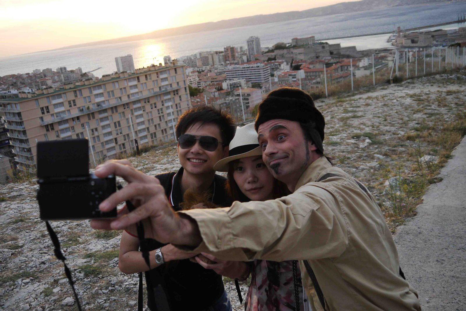 Turista maître du selfie montre aux amis chinois comment faire un bon selfie...