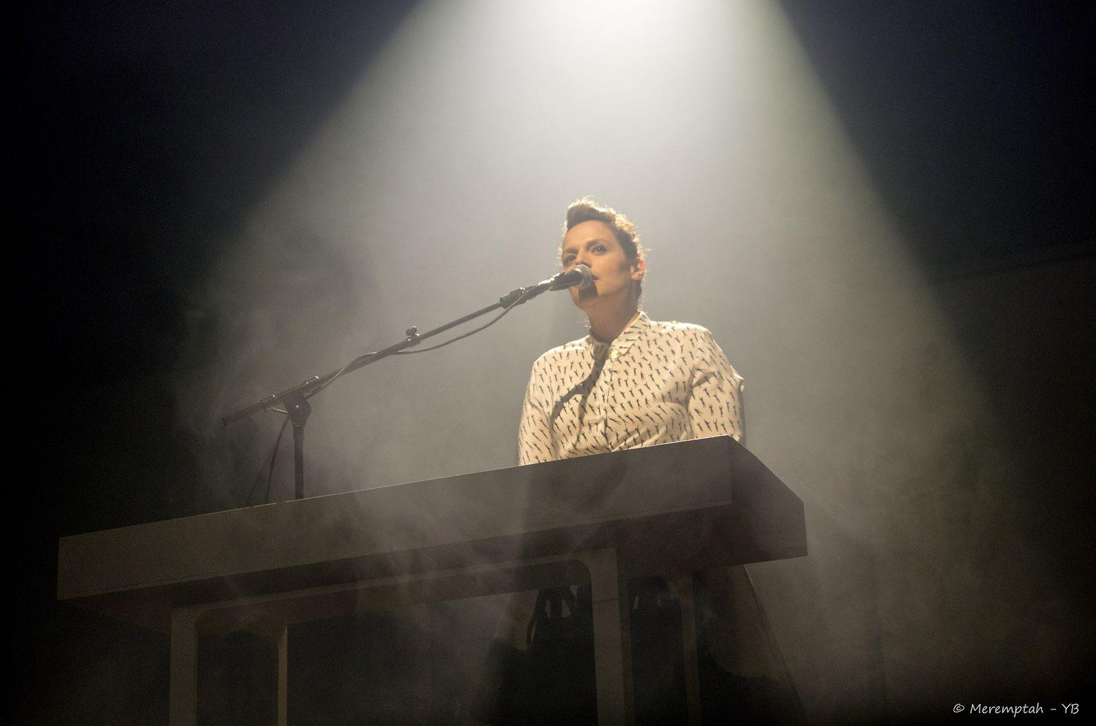 Anna Chedid ouvre le concert familial.