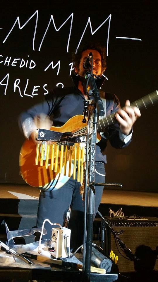 Matthieu Chedid joue quelques uns de ses succès dans le théâtre antique d'Arles - Photo par Audrey