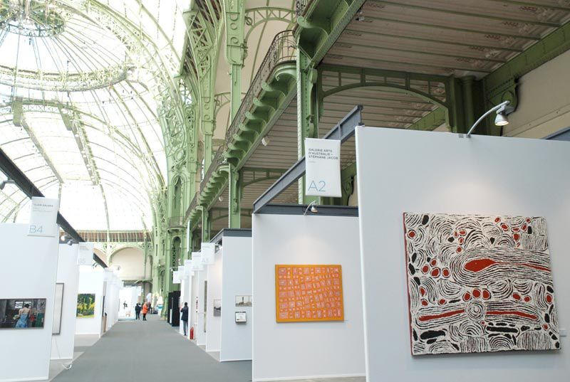 Photos du stand A2 dédié à l'art aborigène à Art Paris Art Fair