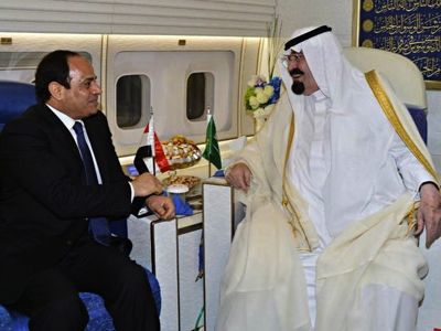 Le président égyptien Abdel Fattah al-Sissi reçu par le roi Abdallah d'Arabie saoudite à bord de son avion.