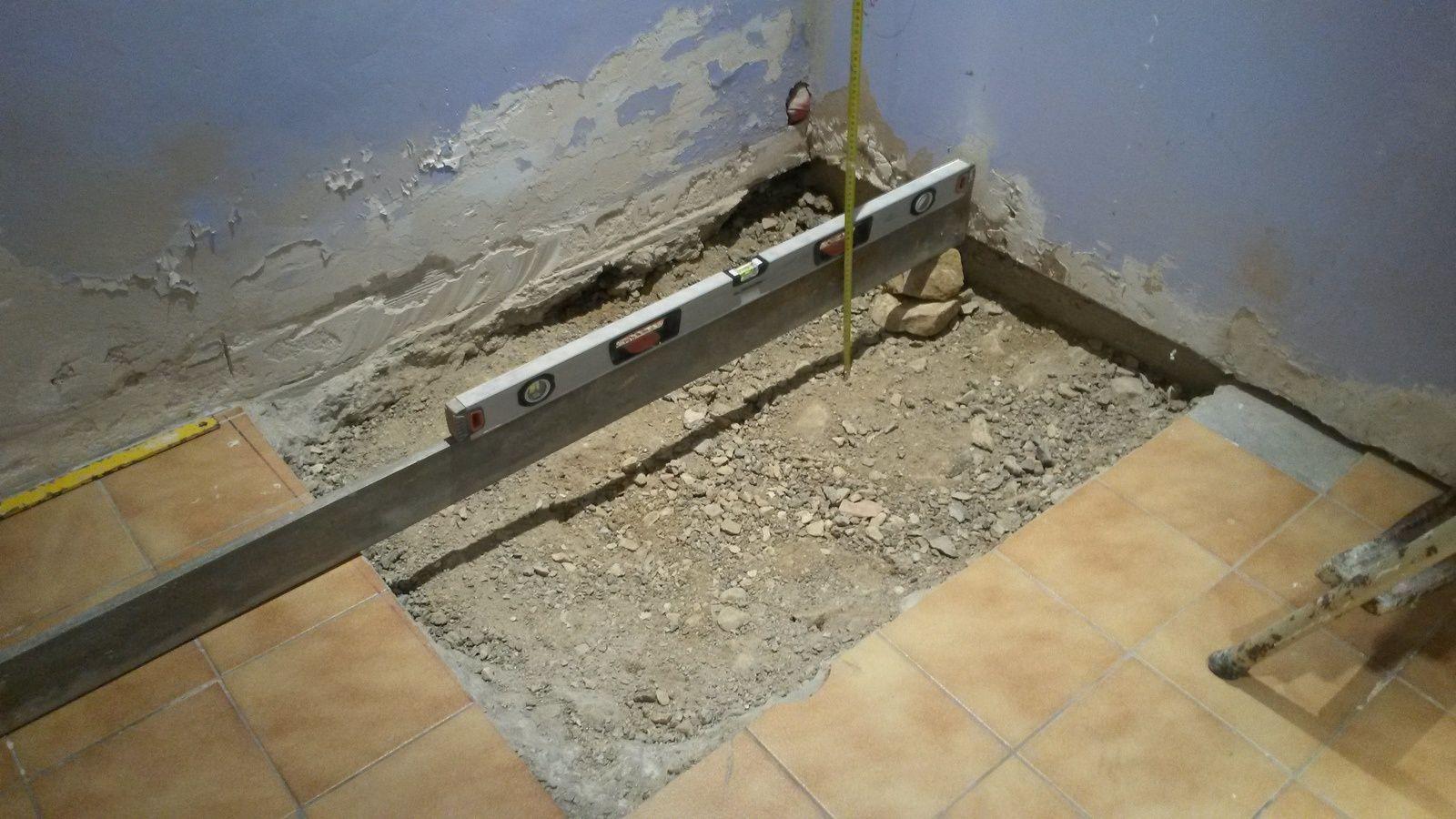 Une règle et un niveau permettent de mesurer le décaissement, au moins 12 cm selon la bonde.