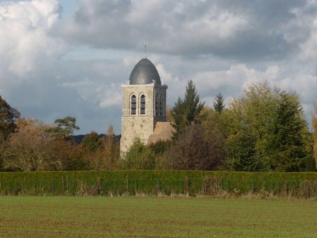 L'église de Jouars avec son clocher-porche.