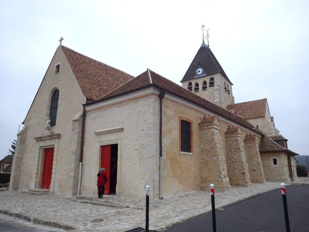 Départ du centre de Plaisir -  l'Eglise Saint Pierre récemment rénovée après des années d'abandon.