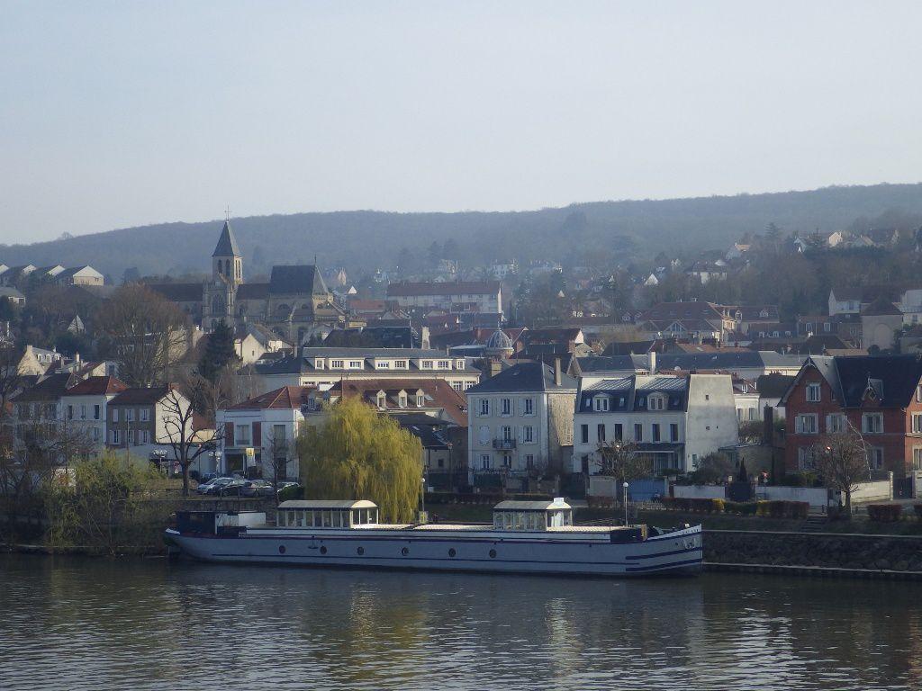 Le centre ville de Triel/ Seine sur l'autre rive.