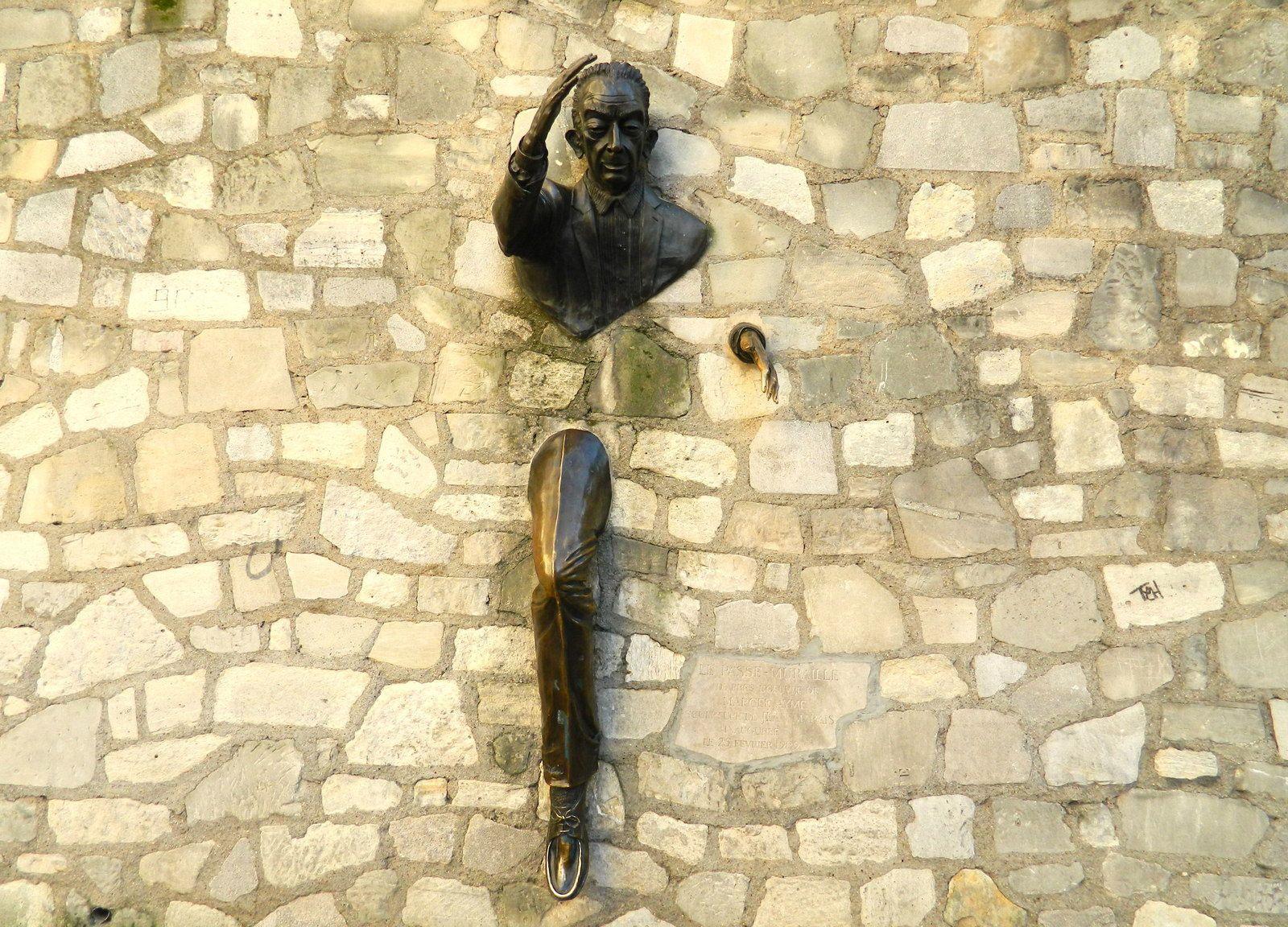 """Le """"Passe-Muraille"""" sculpture de Jean Marais en hommage à Marcel Aymé"""