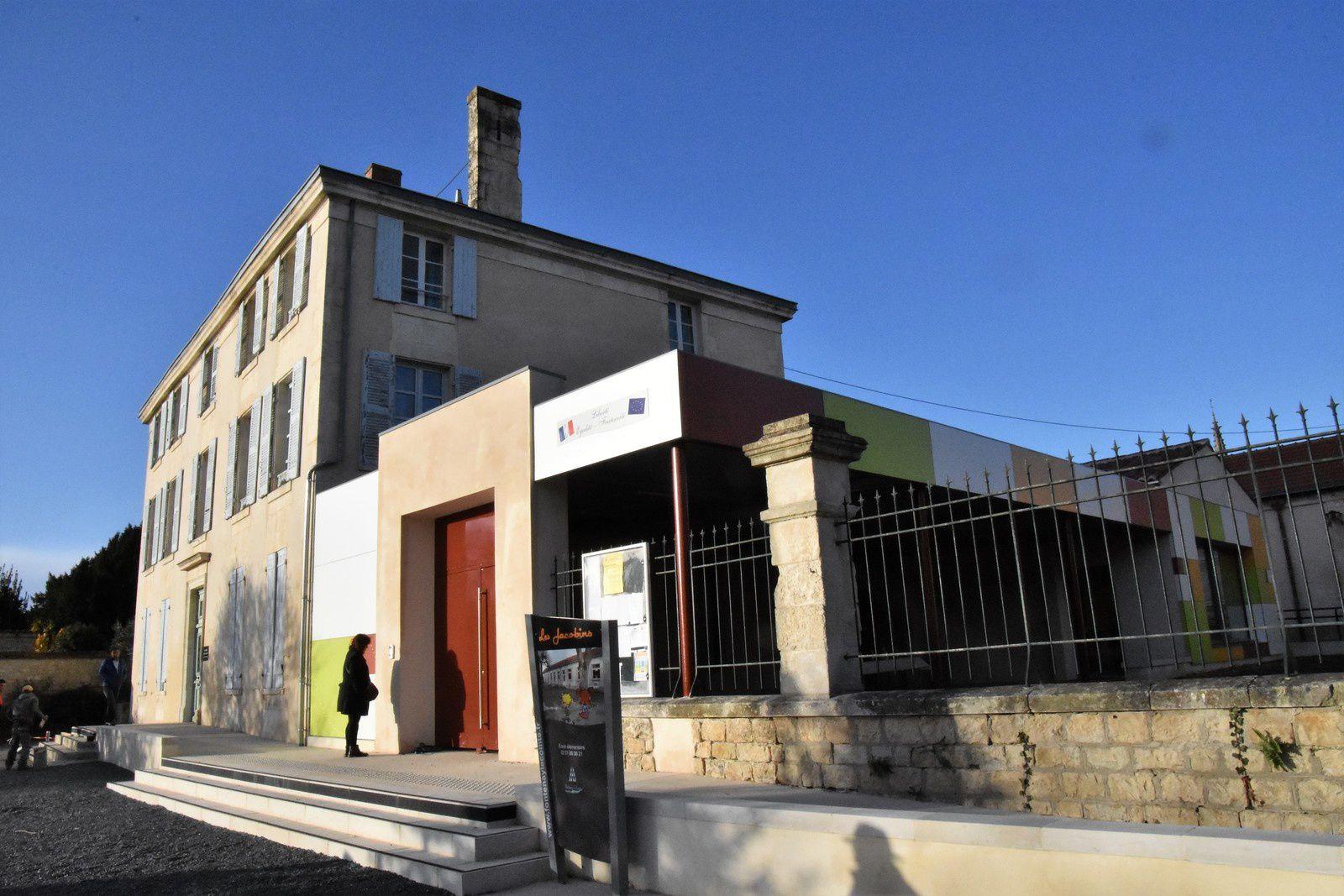 L'entrée de l'école réaménagée donnant sur le jardin des Jacobins