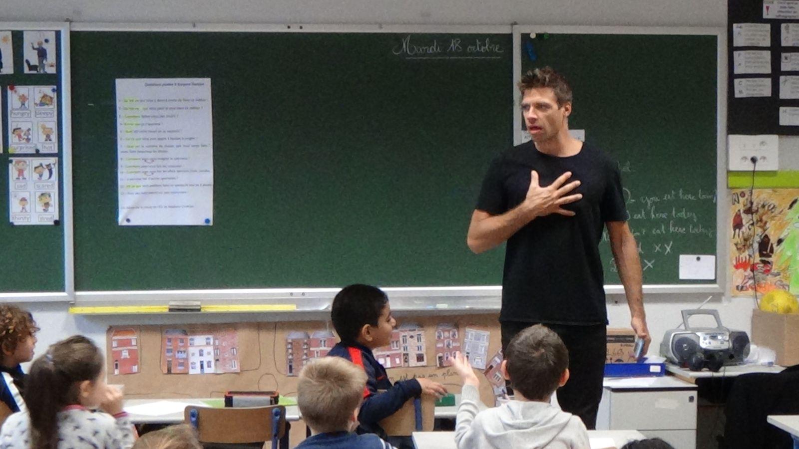 Le Beatboxer Gaspard Herblot répond aux questions des élèves de CE2 de l'école Samain Trulin - Une maîtresse fière de ses élèves.