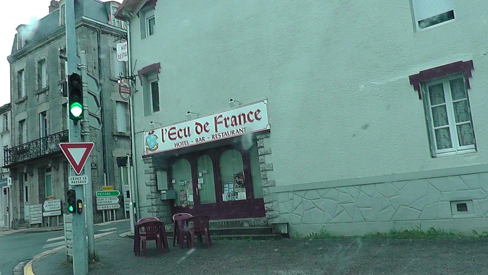 Un bar à Secondigny, la terrasse au pied du feu tricolore. Que boire de sérieux ici ?