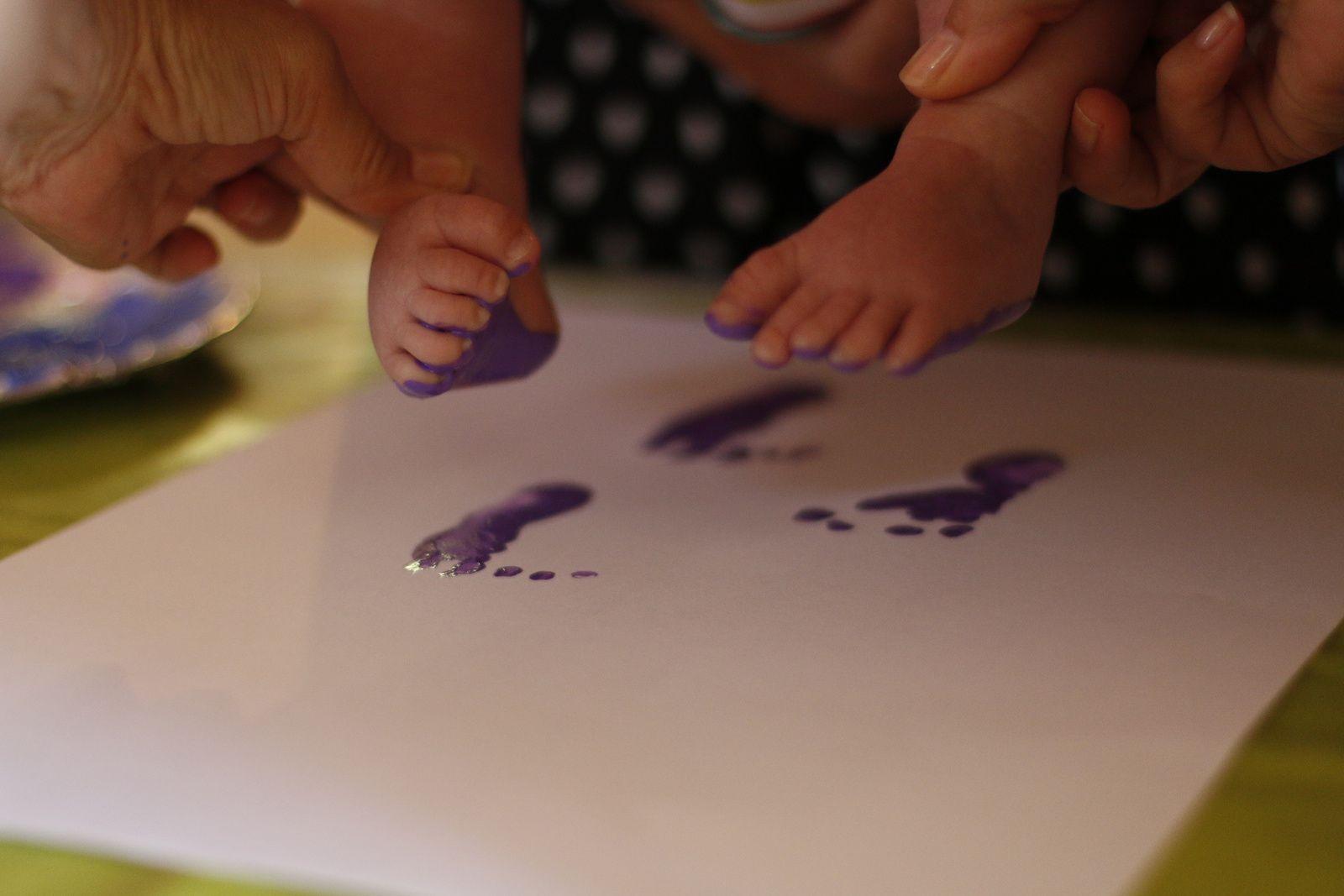 Empreintes peinturlurées à l'atelier de la Glycine pour le tableau de bébé!