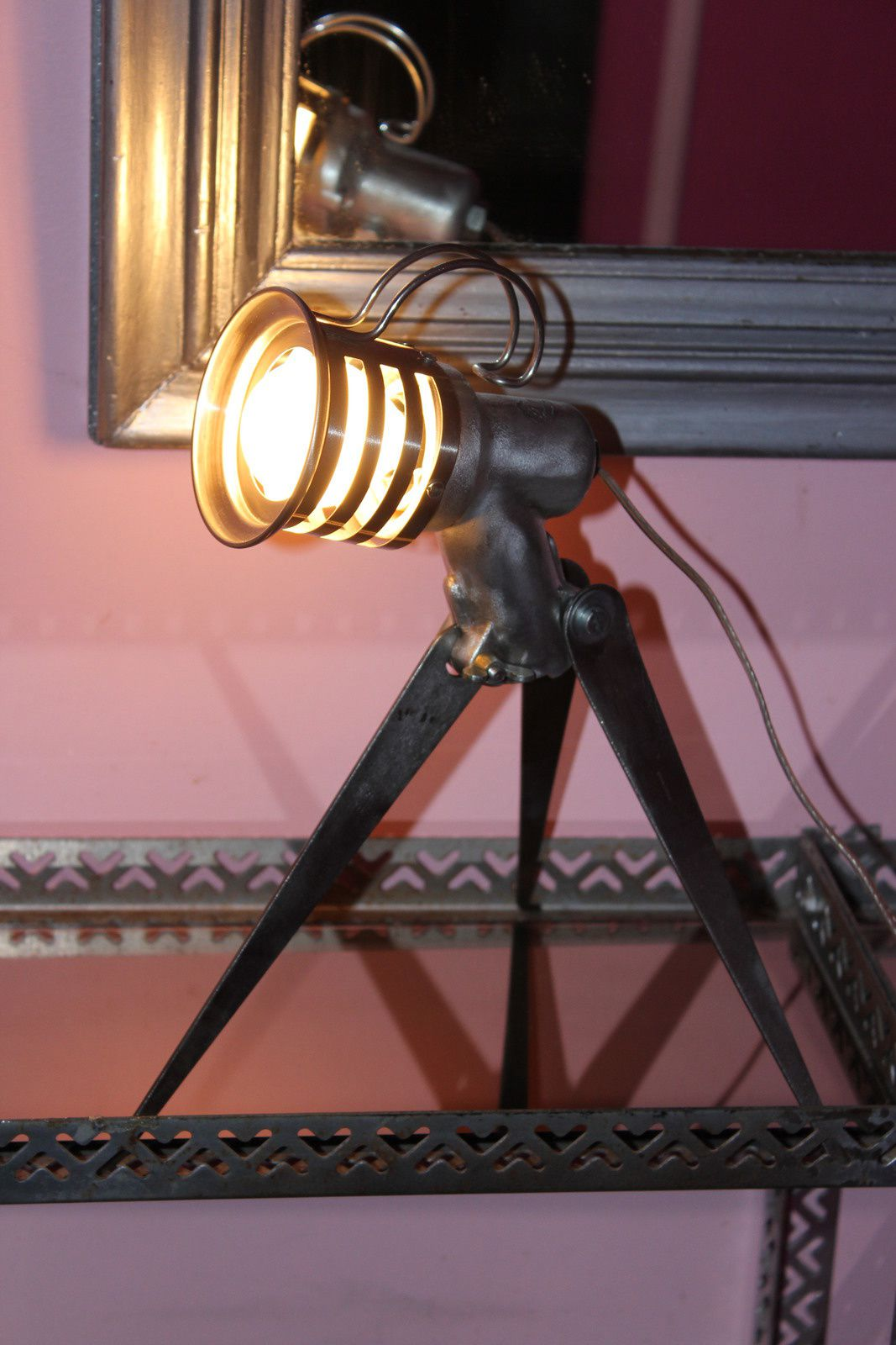 objet de recuperation lampe cr er en m tal de r cup ration et objet d tourn s la. Black Bedroom Furniture Sets. Home Design Ideas