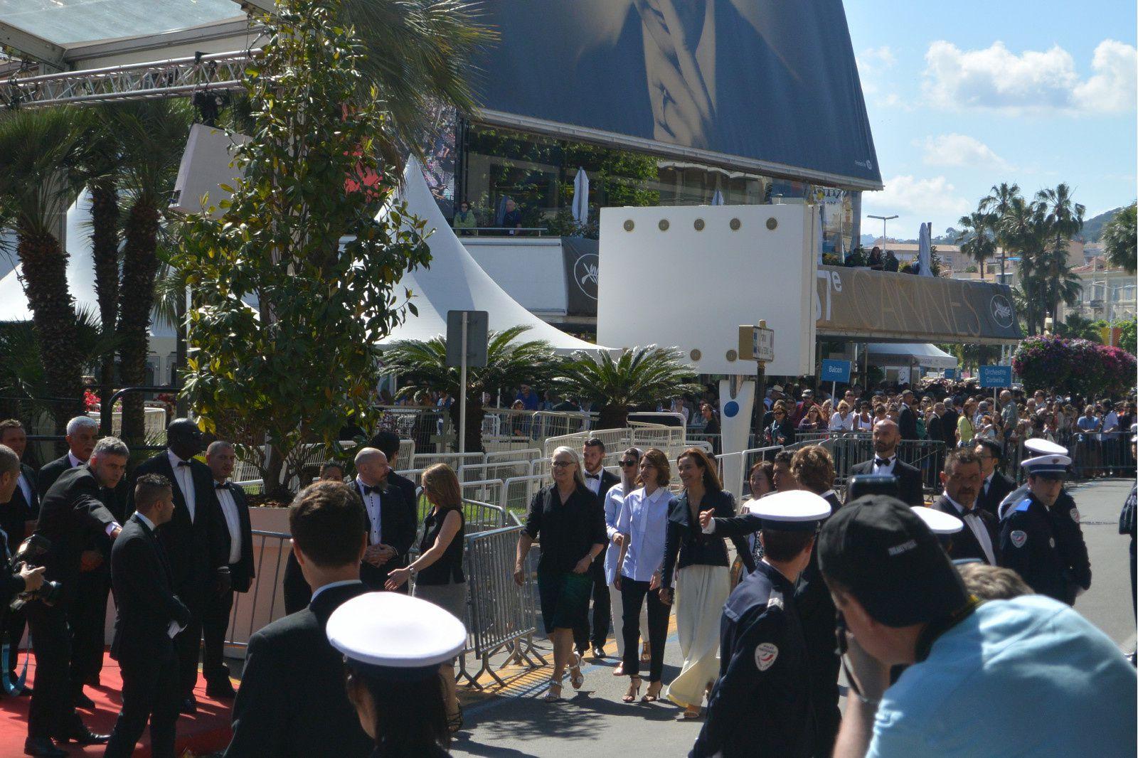 Les membre du jury arrivent, Carole Bouquet jupe longue, Jane Campion la présidente etc...