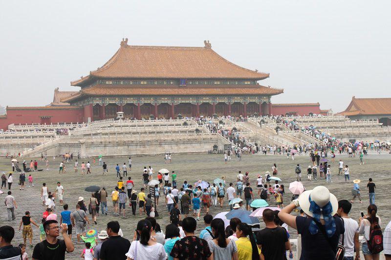 1,350 millions de Chinois.. et moi et moi et moi!  Il y a du monde partout, c'est ça le plus gros problème en Chine! On évitera le nuage de pollution qui est la en permanence dans les grandes villes chinoises. Sans la pollution, c'était grand soleil ce jour-là!
