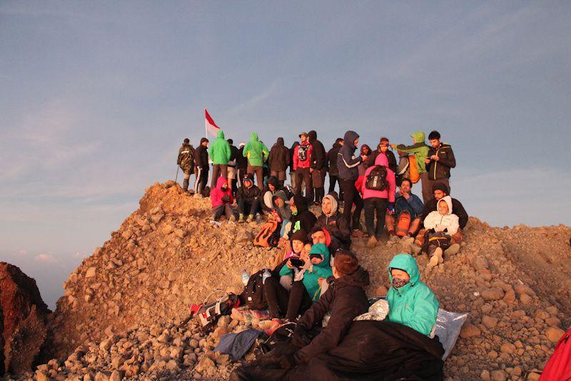 """Vu qu'on était en haute saison, on n'était pas les seuls au sommet. Au moins tu te sens moins seul dans l'""""effort""""! Par contre avec la température de 5 degrés et 8h de marche qui nous attendent, on ne s'est pas trop attardé sur le sommet"""