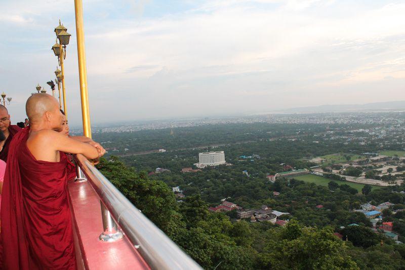 Fin de journée, de nombreux moines de Mandalay montent sur la colline pour admirer le paysage.