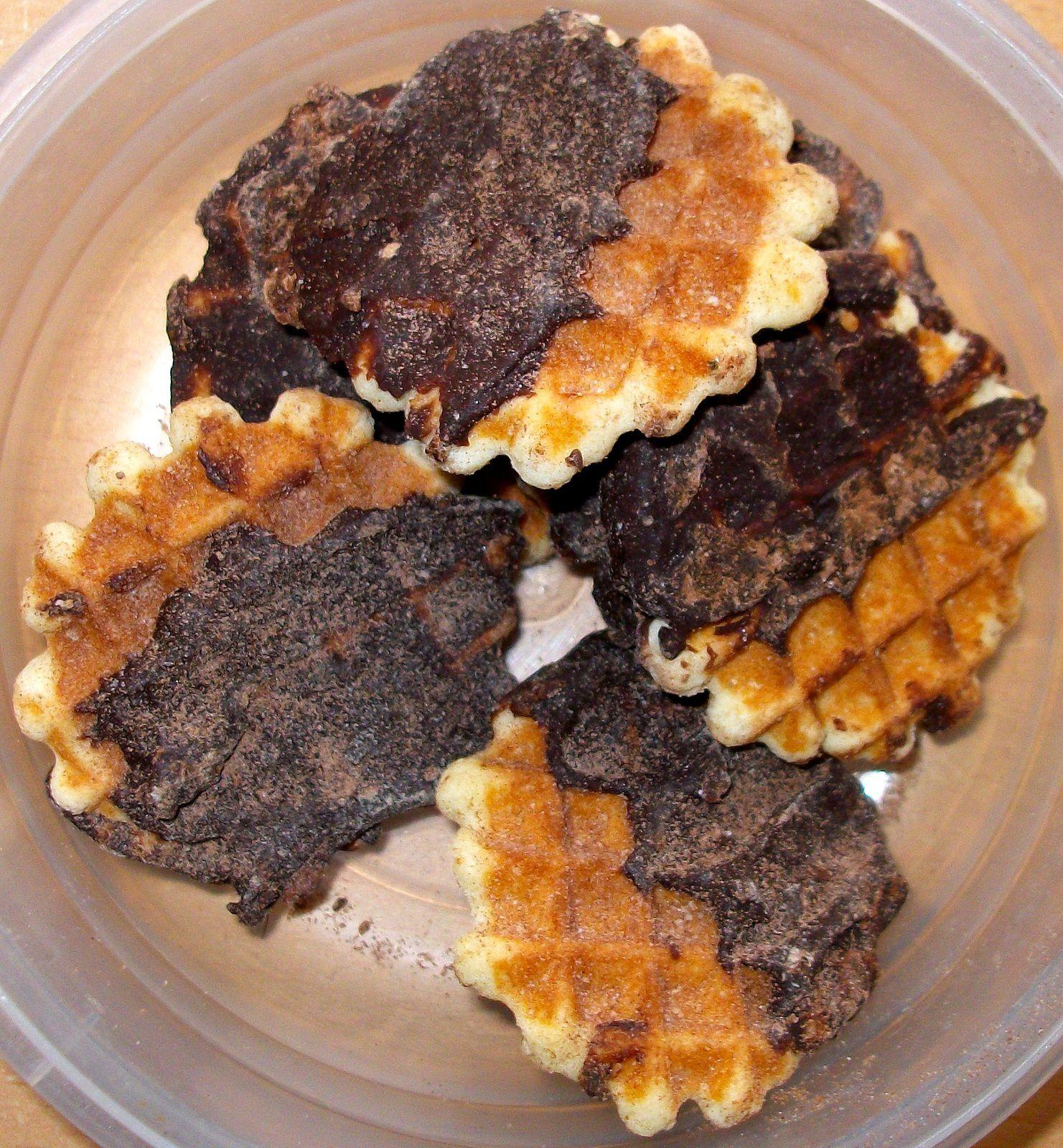 Gaufrettes glacées au chocolat noir et saupoudrées de cacao