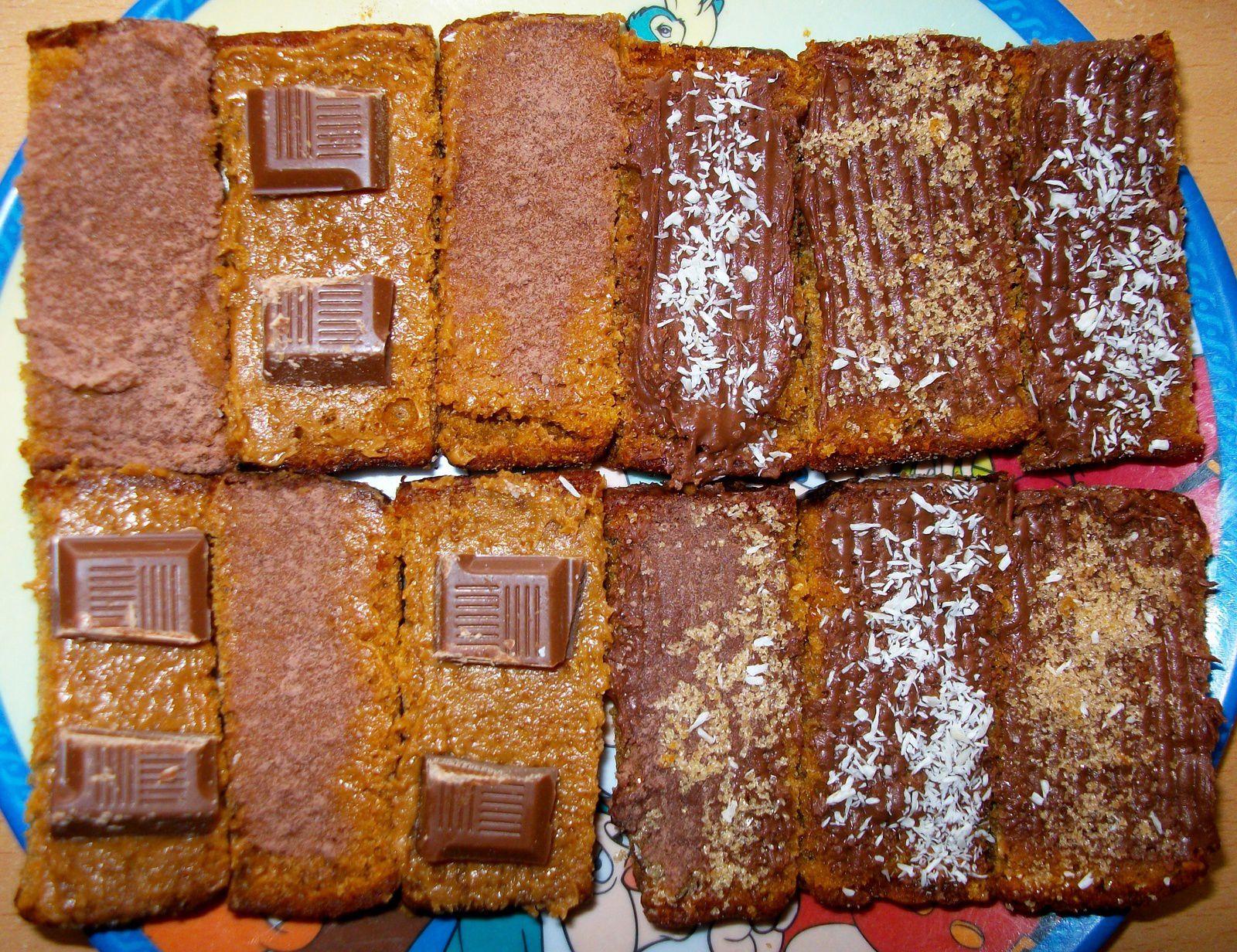 Assortiment de p'tites tranches de pain d'épice : 1. Pâte de spéculoos et poude de cacao 2. Pâte de spéculoos et chocolat au lait 3. Pâte à tartiner au chocolat au lait et poudre de noix de coco 4. Pâte à tartiner au chocolat au lait et noix de coco râpée