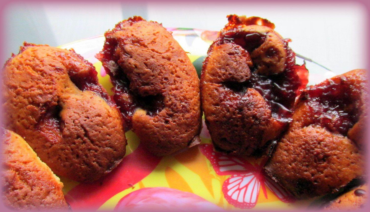1. Madeleines framboisées 2. Madeleines aromatisées à la framboise et glacées au chocolat noir 3. Madeleines fourrées à la framboise